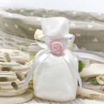 Sacchetto bianco in tessuto con fiocco bianco in raso e rosellina - Collezione Shabby - €6,00