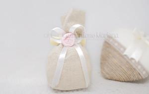 Sacchetto ecrù in tessuto con fiocco ecrù in raso e rosellina - Collezione Shabby - €6,00
