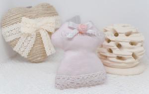 Abitino rosa con nastro in pizzo, fiocco e rosellina  - Collezione Shabby - €6,00